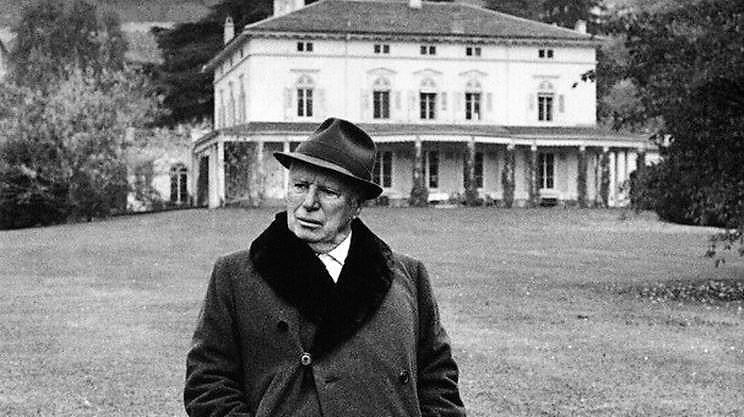 Chaplin - Davanto alla sua villa in Svizzera
